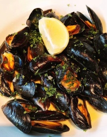 Simply served fresh mussels